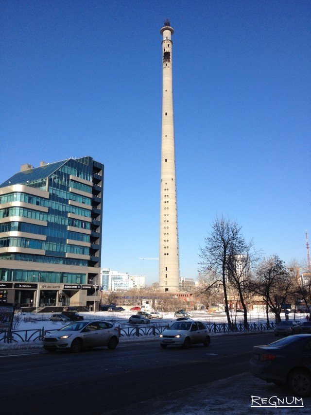 Рядом — дома. В феврале здесь уже побывали рабочие, которые исследовали близстоящие здания