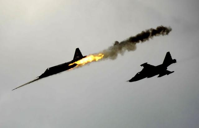 Сухой Су-25 ведет огонь ракетами