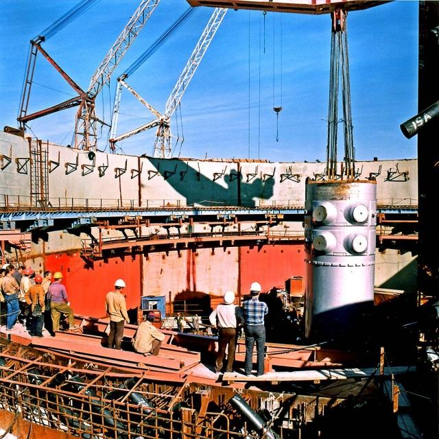 Монтаж корпуса реактора ВВЭР-1000 на Балаковской АЭС