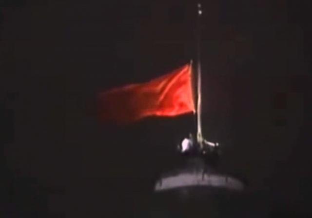 Момент снятие флага СССР с кремля. 1991