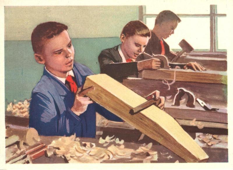В школе на уроке труда