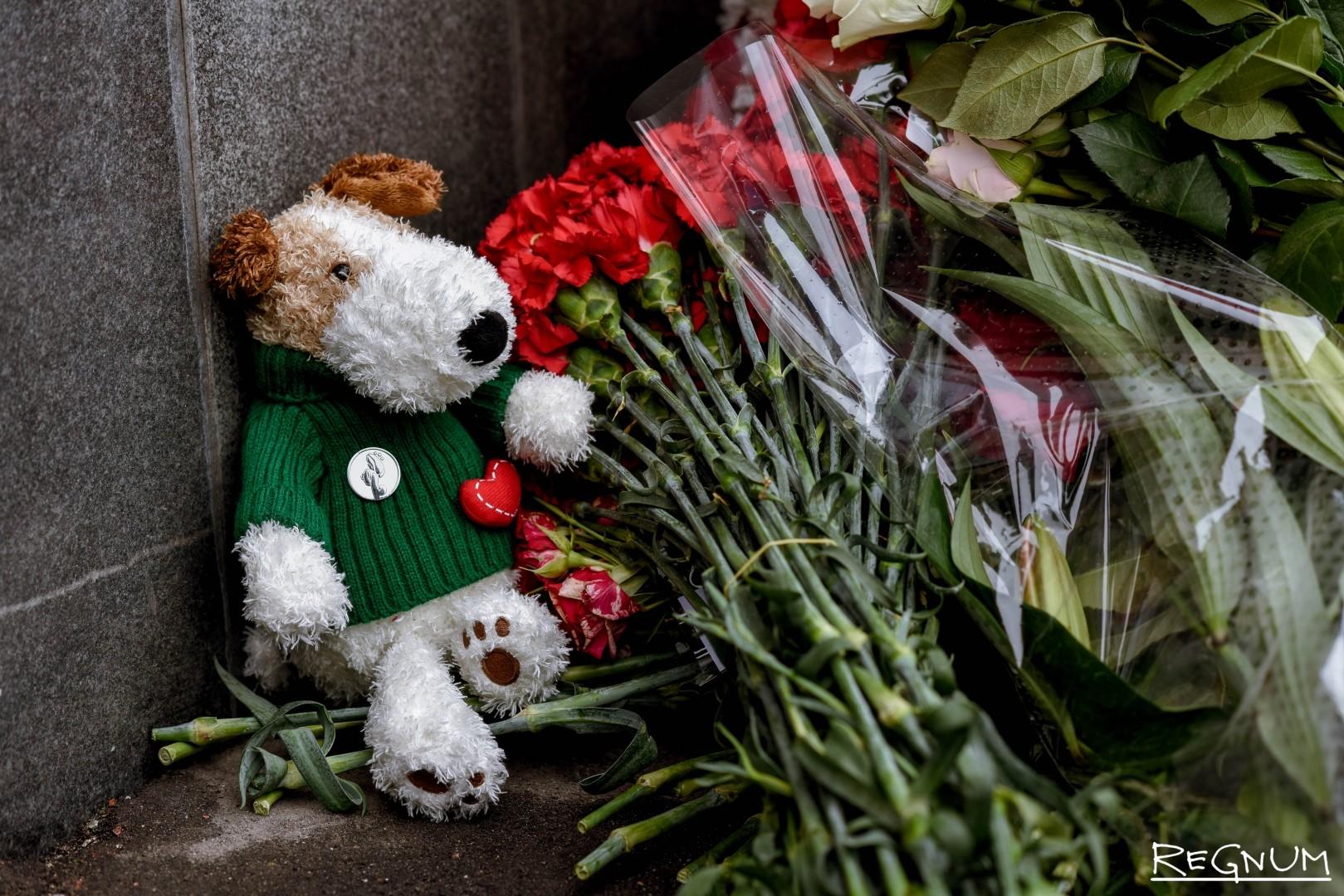 Москвичи несут не только цветы, но и игрушки, в память о погибших детях
