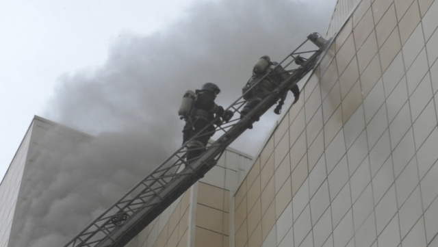 Пожарные пытаются пробиться на 4-й этаж ТЦ «Зимняя вишня» в Кемерове, где погибли десятки людей