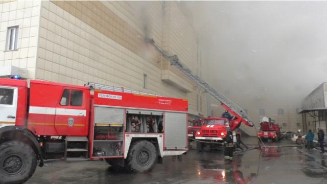 Пожарные на объекте. Горит ТЦ «Зимняя вишня» в Кемерове