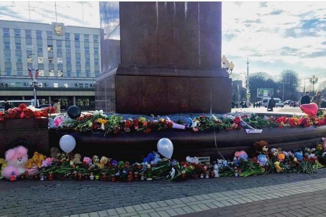 У подножия Триумфальной колонны в Калининграде — сотни цветов и детских игрушек