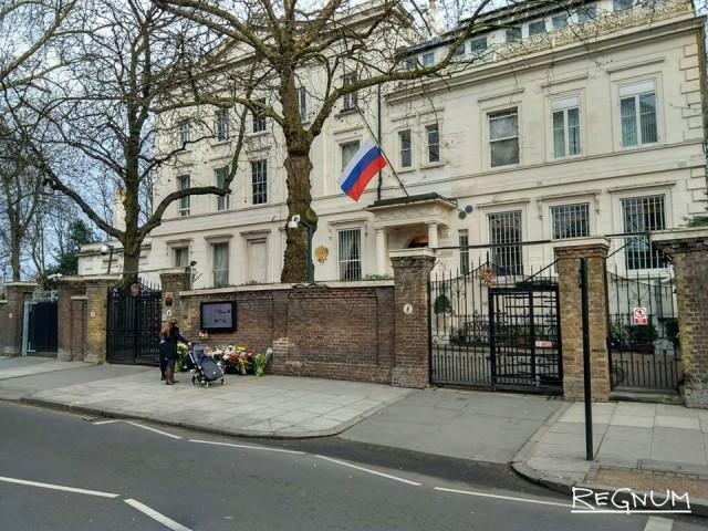 Память жертв трагедии в Кемерове почтили в Лондоне. К посольству России в Великобритании принесли цветы и мягкие игрушки
