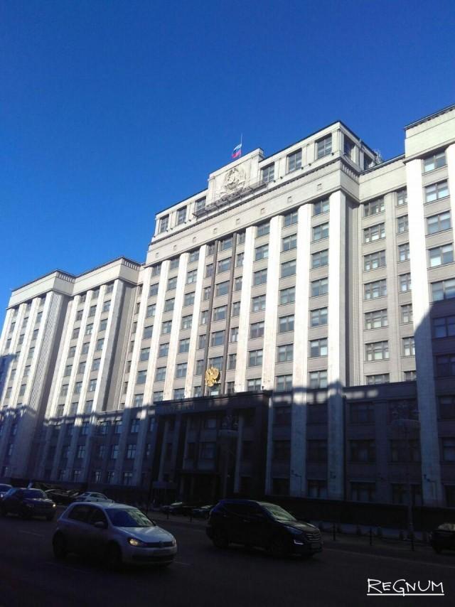 Приспущен флаг на здании Госдумы в Москве