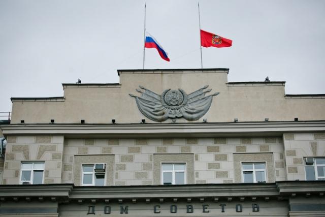 Флаги приспущены на здании Дома советов в Оренбурге