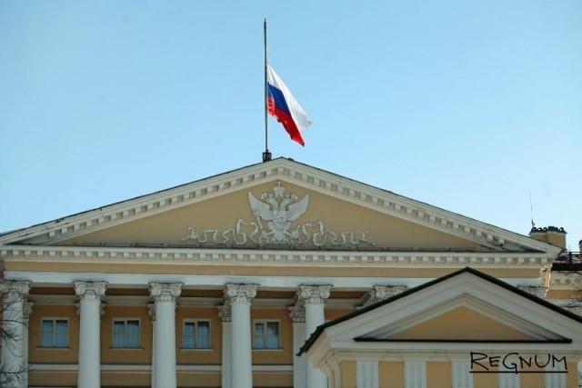 Приспущенный флаг на здании Смольного