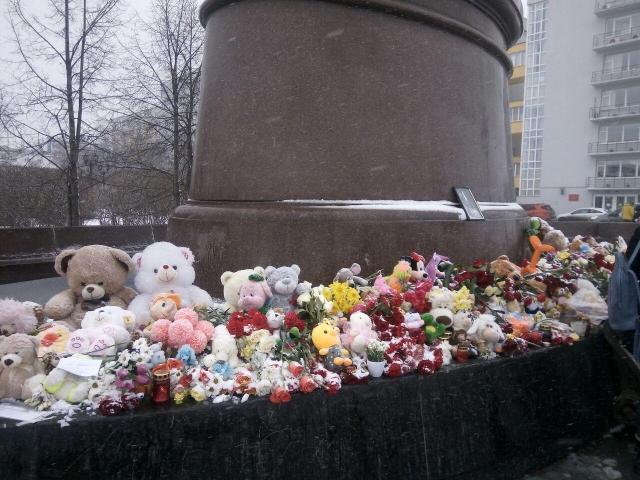 Возле памятника основателям Екатеринбурга