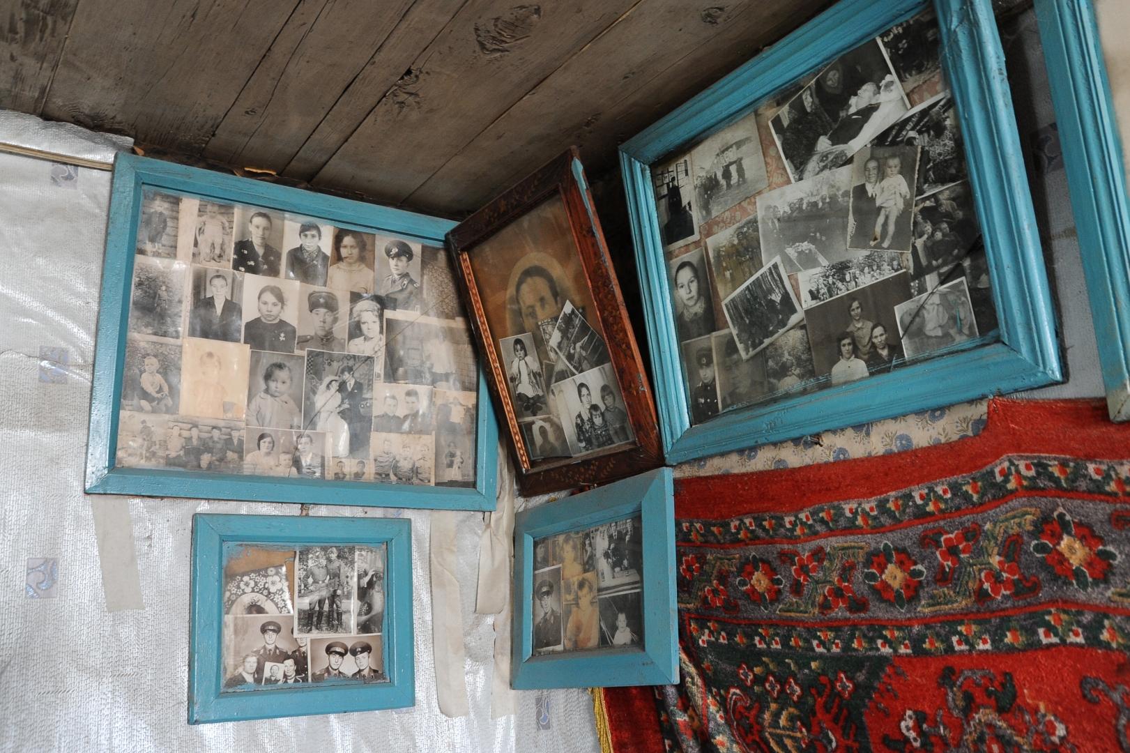 acf5d52492e8 По традиции на стенах домов много фотографий. Домашний архив принято  оформлять в большие деревянные рамы