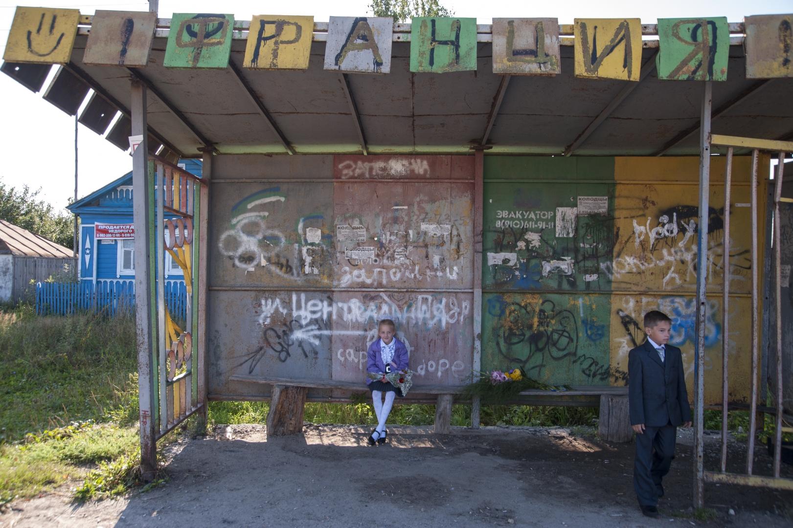 30a9db645f84 1 сентября. Дети ждут автобус, который каждый день отвозит их в соседнее  село,