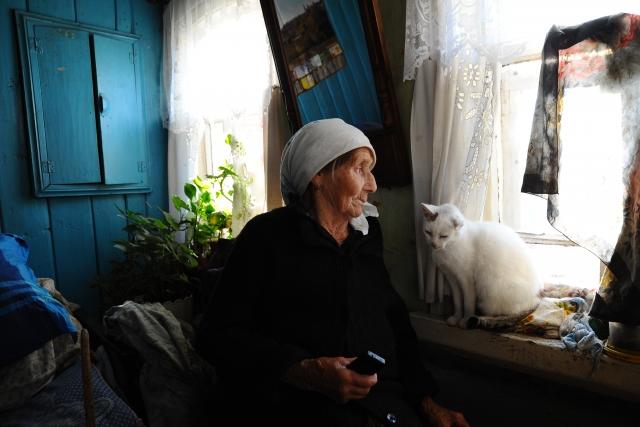 c8f94a38bb93 ... По традиции на стенах домов много фотографий. Домашний архив принято  оформлять в большие деревянные рамы 19 Валентина Егоровна ждет звонка от  дочери