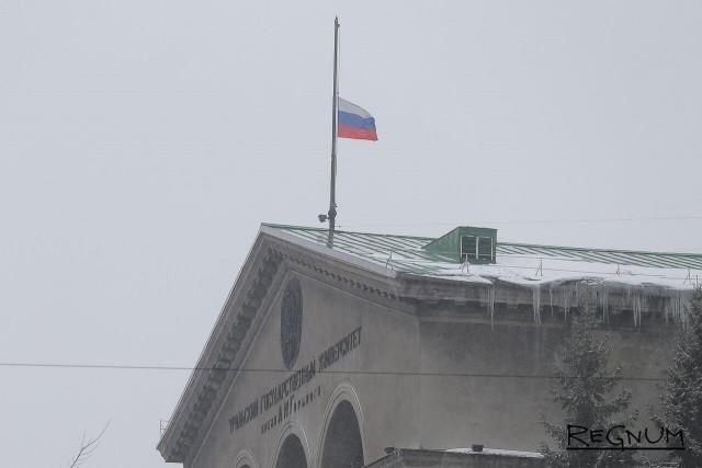 На главном учебном корпусе Уральского государственного университета (ныне один из корпусов УрФУ)