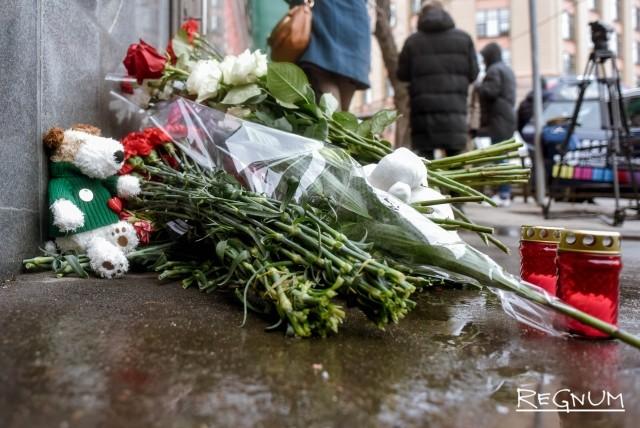 Цветы и игрушки у Представительства Кемерово в Москве