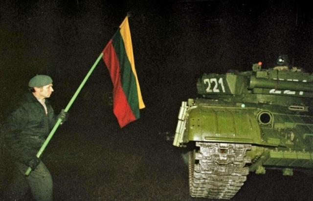 Один из протестующих с флагом около советского танка. Вильнюс. Ночь 13 января 1991 года