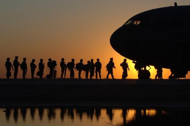 Американские солдаты грузятся в самолет