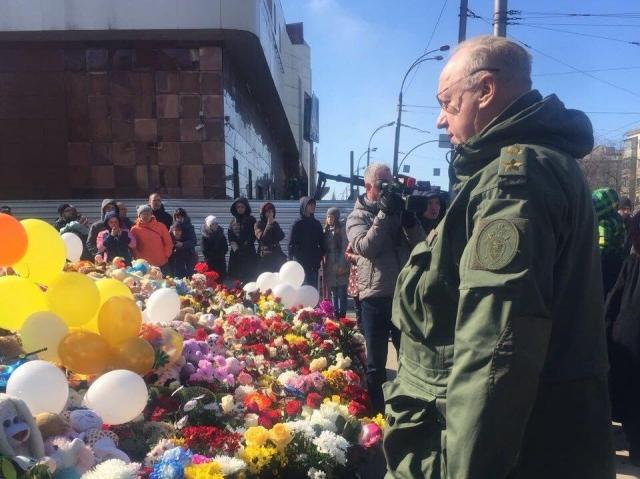 Председатель Следственного комитета России Александр Бастрыкин почтил память погибших при пожаре в Кемерово