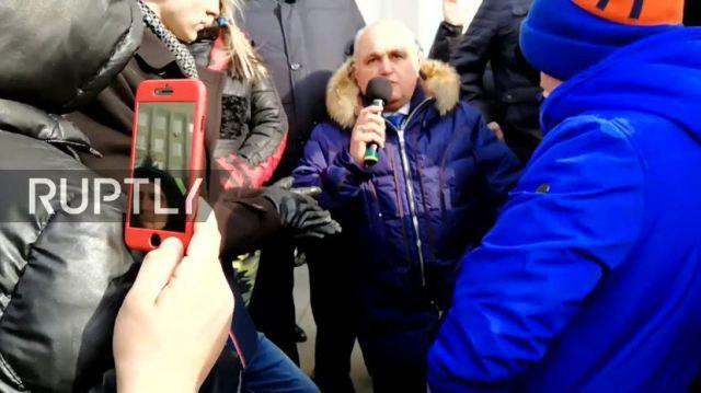 Вице-премьер Кемеровской области Сергей Цивилёв встал на колени перед родителями погибших детей