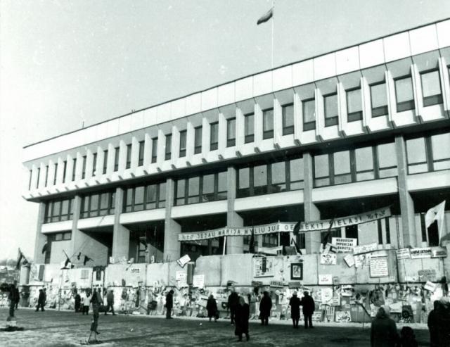 У здания Верховного Совета Литвы. Январь 1991
