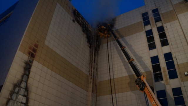 Так выглядела одна из стен ТЦ «Зимняя вишня» в Кемерове на второй день после пожара