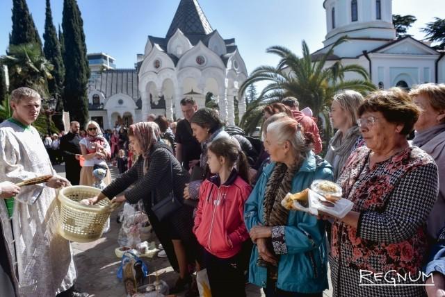 Верующие собрались у Собора Михаила Архангела в Сочи, чтобы освятить куличи