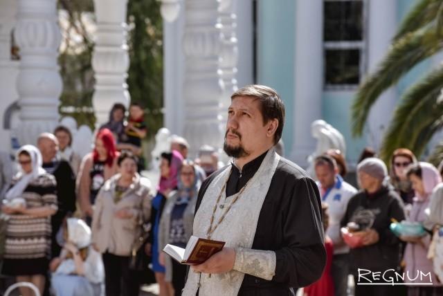Батюшка прочёл молитву перед освящением куличей