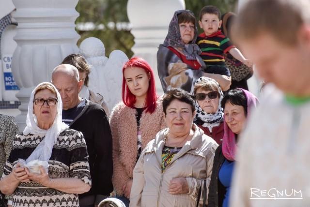 Сотни людей собрались у Собора Михаила Архангела в Сочи