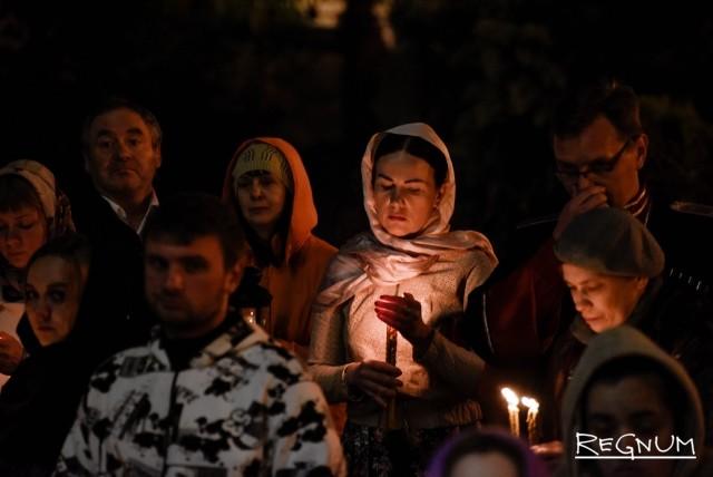 Ведущие зажигают свечи в Храме Святого Равноапостольного Великого князя Владимира. Сочи