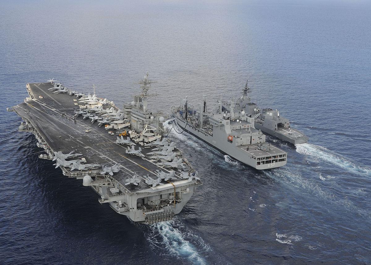 Американский авианосец и японские корабли во время совместных учений