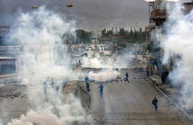Столкновения протестующих с полицией в Блиде. Алжир. 8 января 2011 года