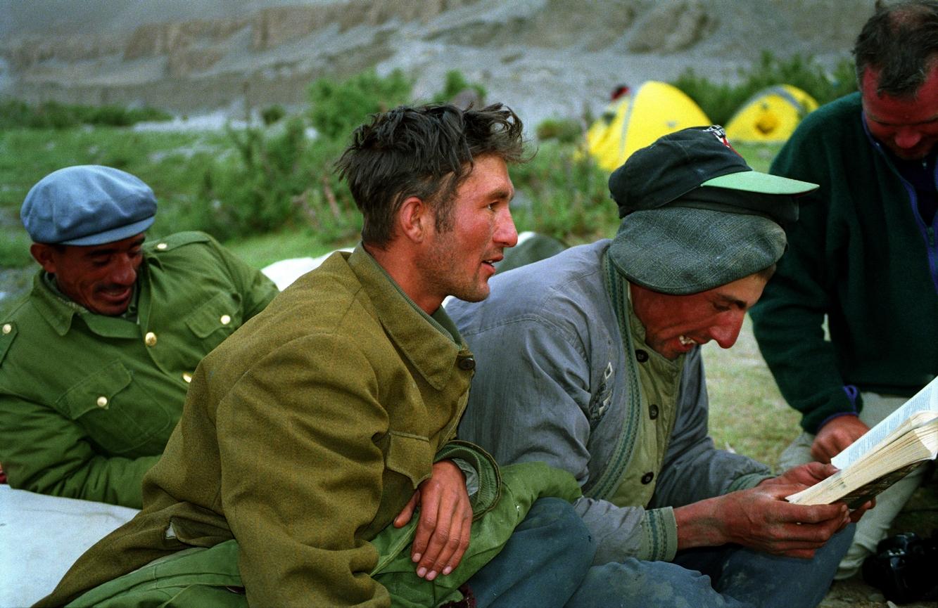 Уйгуры — погонщики верблюдов в Синьцзяне. 1995