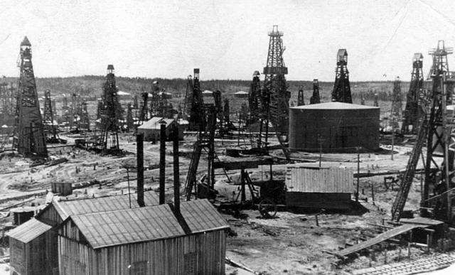 Буровые вышки, емкости для хранения нефти, котельная. Месторождение Оха. Конец 1930-х годов. Сахалин