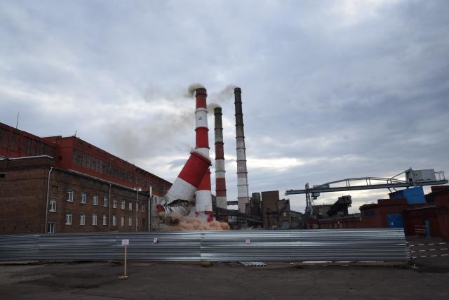 На Красноярской ТЭЦ-1 взорвали 40 метров дымовой трубы (видео)