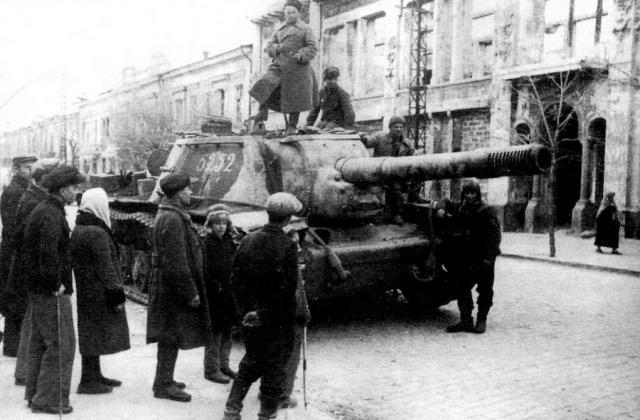 Советская самоходка в освобождённом Симферополе