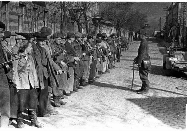 Партизаны в освобождённом Симферополе