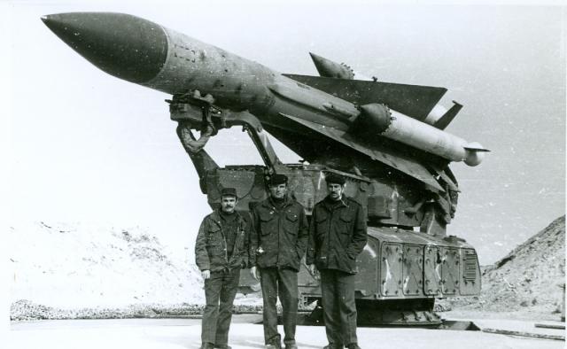 Советские офицеры рядом с ЗРК С-200 в Сирии