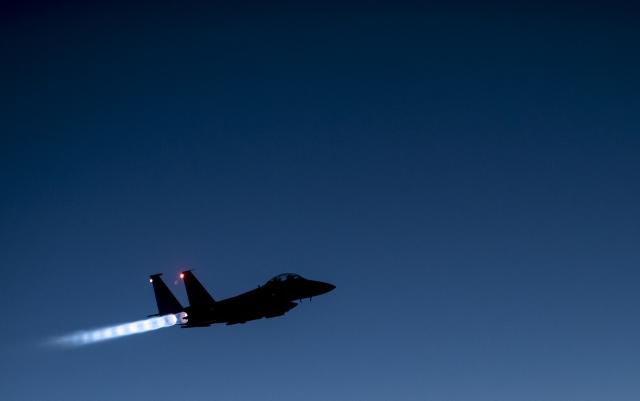 Американский истребитель возращается на аэродром после полёта над Сирией