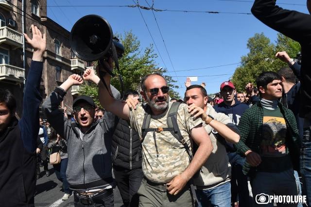 Протесты в Ереване: митингующие рвутся к парламенту страны