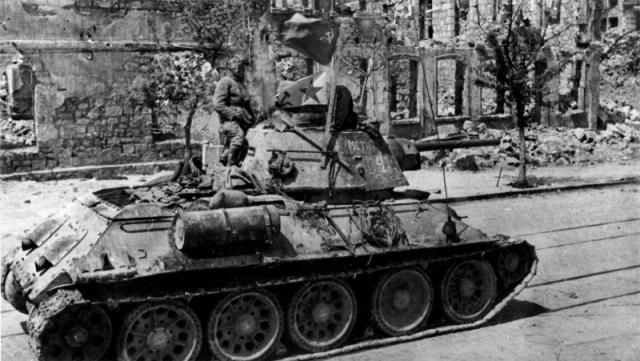 Советские танки входят в Севастополь