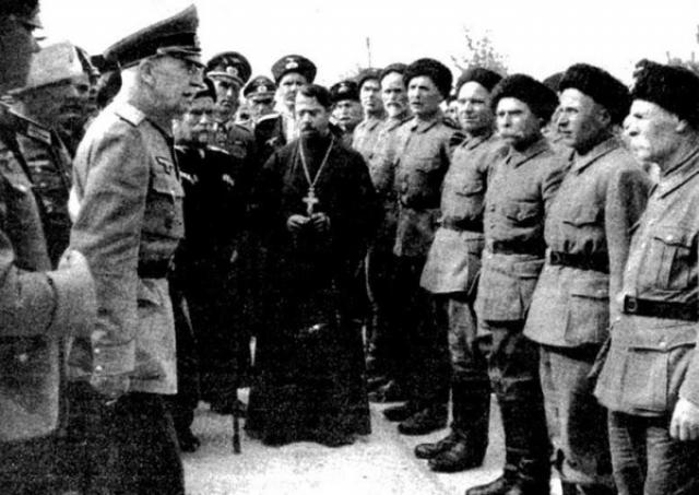 П.Н. Краснов в нацистской форме инструктирует новобранцев