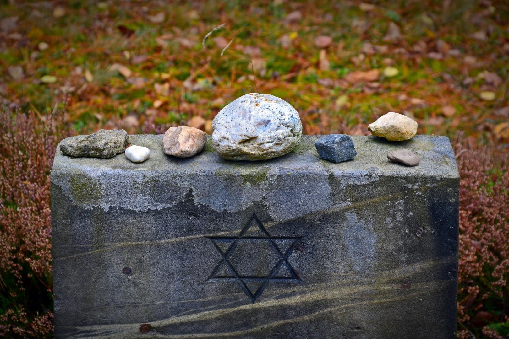Памятный мемориал на территории бывшего нацистского концентрационного лагеря Берген-Бельзен