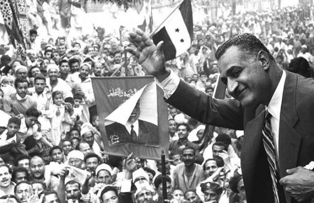 Гамаль Абдель Насер приветствует толпу в Аль-Мансуре, 1960