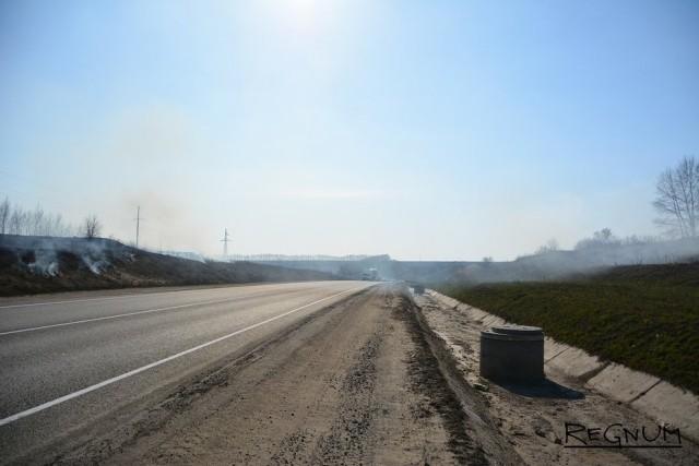 Дымом от горящего сухостоя заволокло трассу
