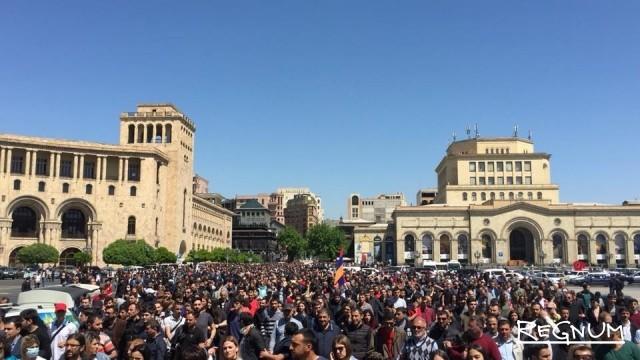 Оппозиция заявила о начале бархатной революции в Армении