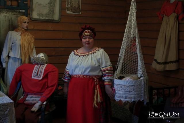 Сотрудник Вепсского центра фольклора Ольга Спиркова проводит экскурсию по экспозиции предметов вепсского быта