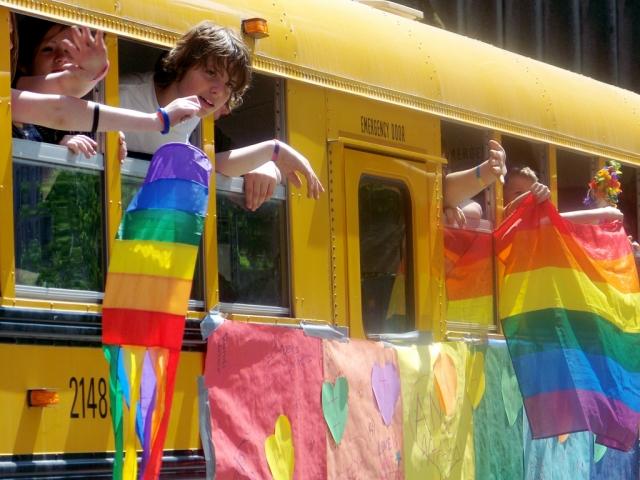 Школьный автобус с радужными флагами