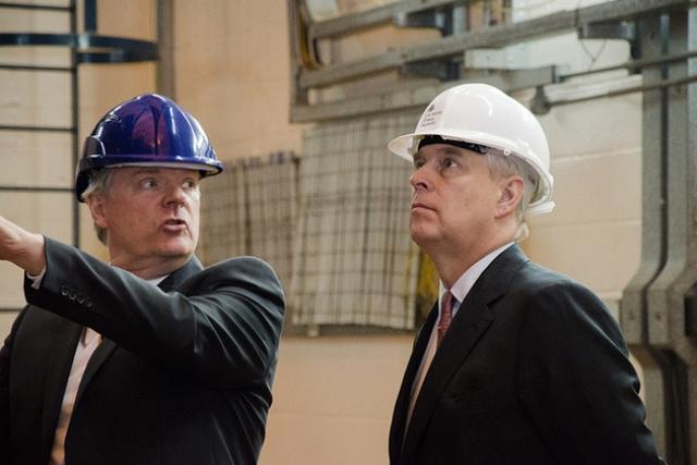 Герцог Йоркский и Генеральный директор UKAEA Ян Чэпмен в научном центре Culham в окрестностях Абингдона, Великобритания