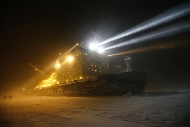 Зимняя отгрузка нефти Северным морским путем в сопросождении ледоколов. Полуостров Ямал. февраль 2015
