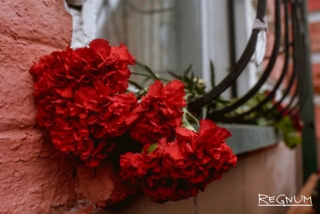 Цветы в память о погибших при пожаре у представительства Кемерово в Москве